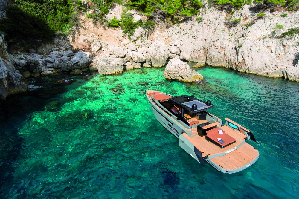 Varata la terza unità di Evo R6 nella versione Custom. Un'imbarcazione completamente personalizzata sia negli interni che negli esterni, dove il cantiere e il designer hanno studiato insieme all'armatore tedesco un nuovo layout con soluzioni che rendono la barca perfetta per feste e party