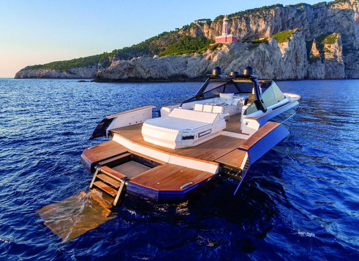 L'ammiraglia della gamma R di Evo Yachts, l'R6 Open, si caratterizza per un design sportivo e per le linee filanti. Rispetto alla versione classica l'imbarcazione si differenzia per il roll-bar in acciaio, anziché il T-Top, composto da un alettone sospeso che serve per collegare i due montanti