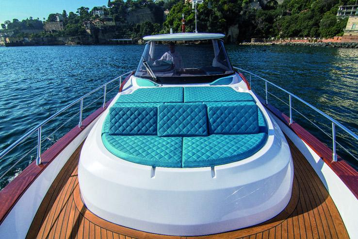 Il Libeccio 11 Walkaround offre la possibilità di sfruttare la zona prodiera anche navigando a 30 nodi. Questo gozzo è l'unico al mondo ad avere un garage a poppa per tender e toys