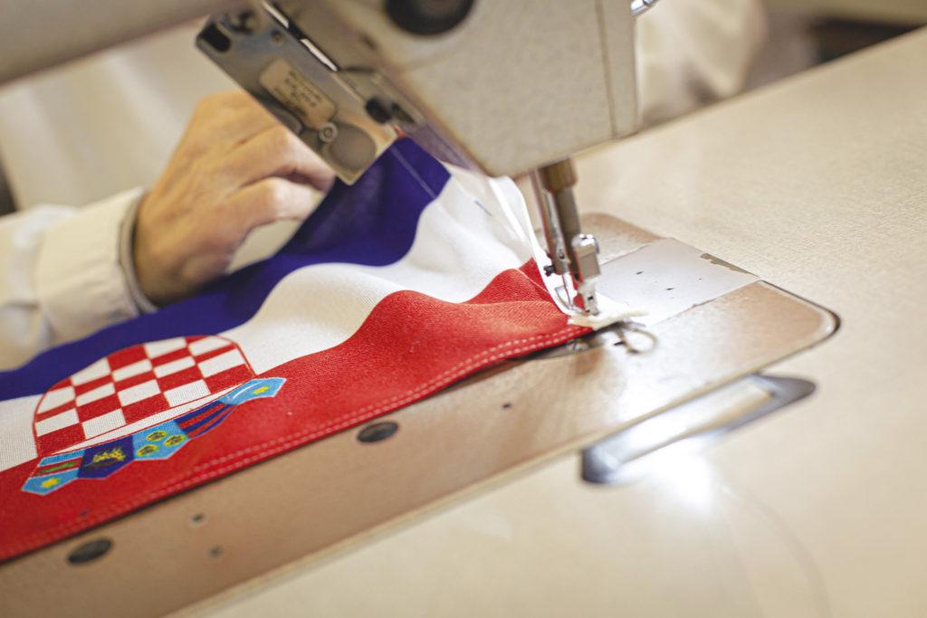 Nella fabbrica delle bandiere